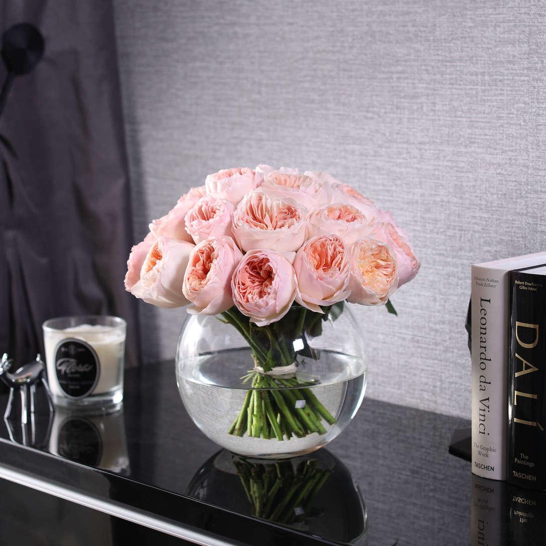 Цветов доставка, букет роз на столе в вазе