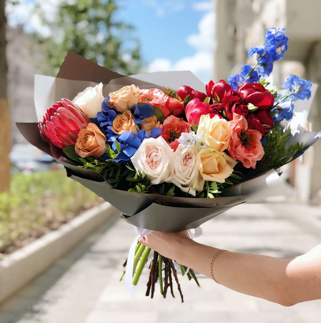 версия цветы дарят букет людей картинка тех